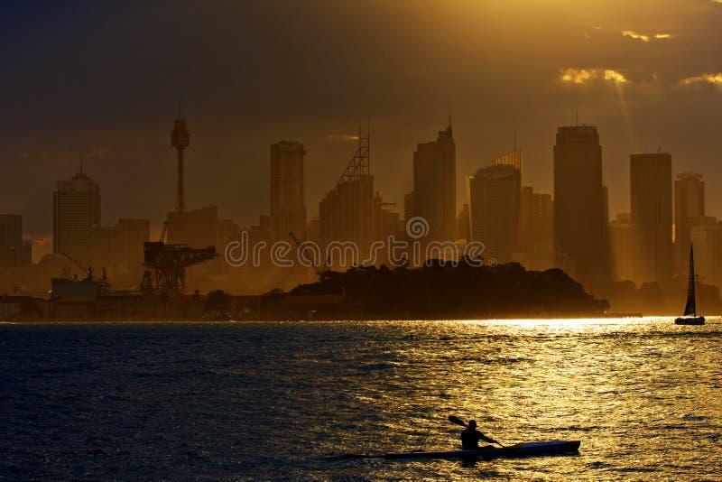 El Kayaking en Sydney Harbour en la puesta del sol foto de archivo