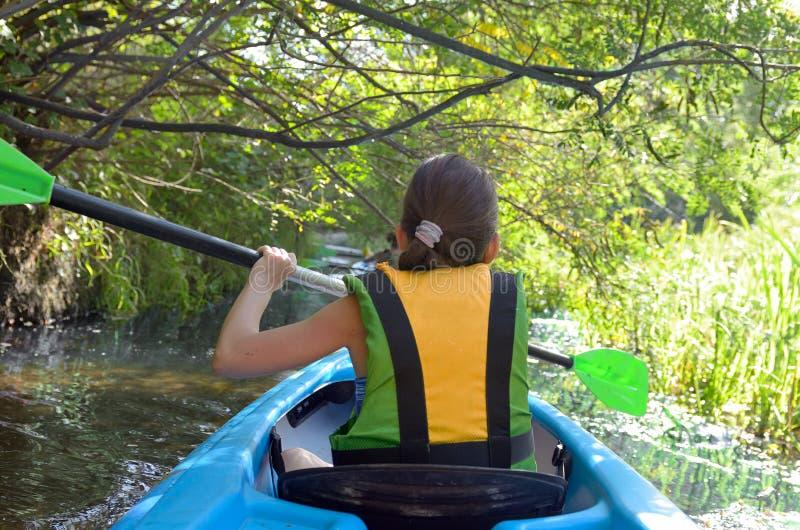 El kayaking, niño que se bate en kajak en viaje de la canoa del río, niño en fin de semana y vacaciones activos del otoño, deport fotografía de archivo