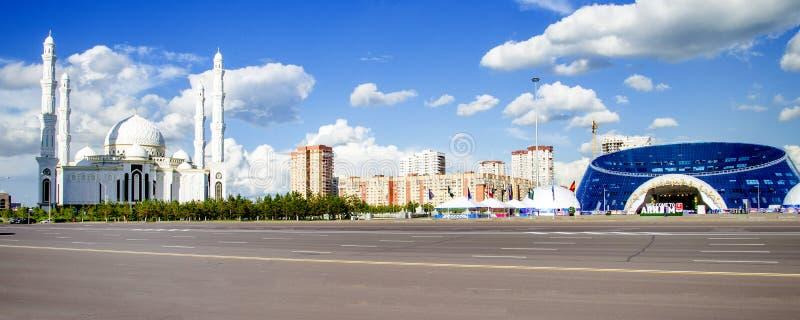El Kazakh Eli del monumento en la ciudad de Astaná imagen de archivo libre de regalías