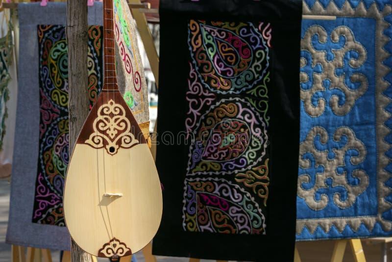 El Kazakh nacional ató dobmra del instrumento musical foto de archivo libre de regalías
