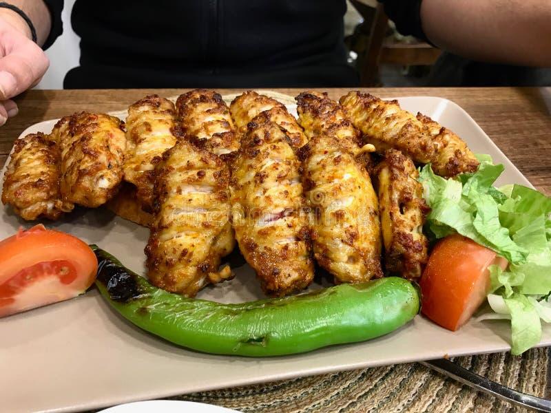El kebab/Kebap picantes de las alas de pollo del estilo turco sirvió en el restaurante imagen de archivo libre de regalías