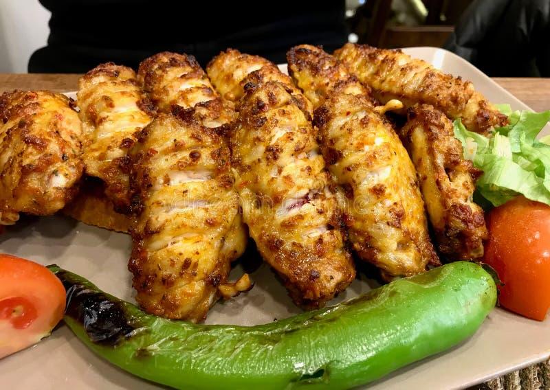 El kebab/Kebap picantes de las alas de pollo del estilo turco sirvió en el restaurante fotografía de archivo libre de regalías