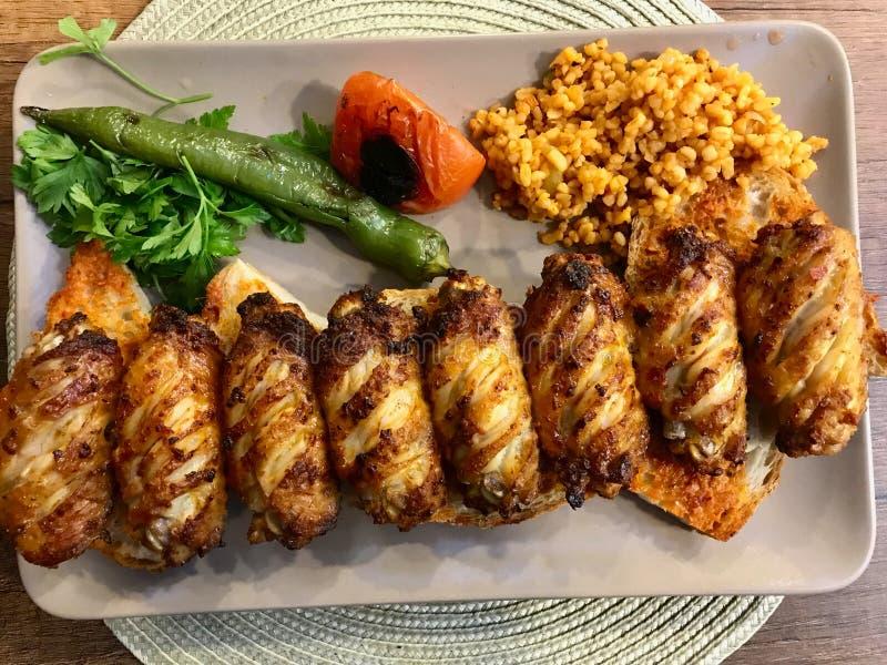 El kebab/Kebap picantes de las alas de pollo del estilo turco sirvió en el restaurante foto de archivo libre de regalías