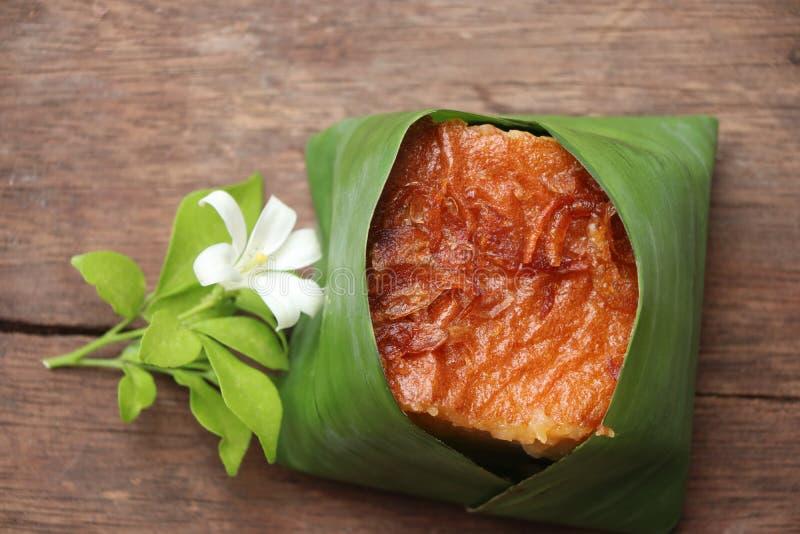 El khanom tailandés cocido de Asia de las natillas de la haba come estilo tailandés de la cultura con la tierra de empaquetado de fotografía de archivo