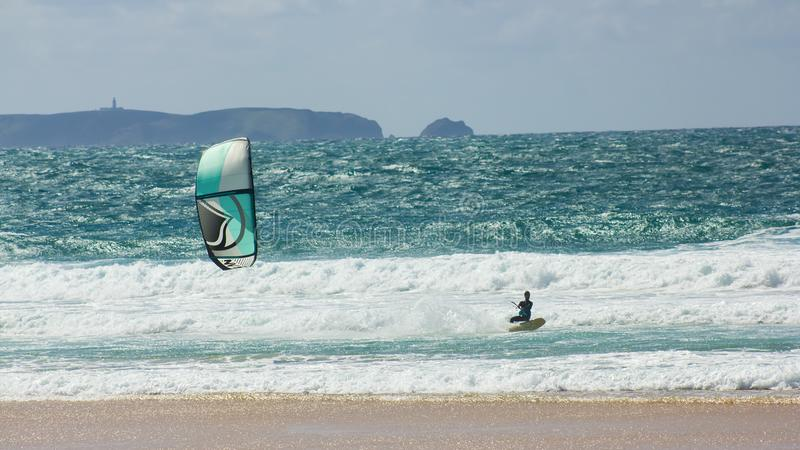 El kitesurfing de entrenamiento delante de la isla de Berlenga, Portugal imagen de archivo libre de regalías