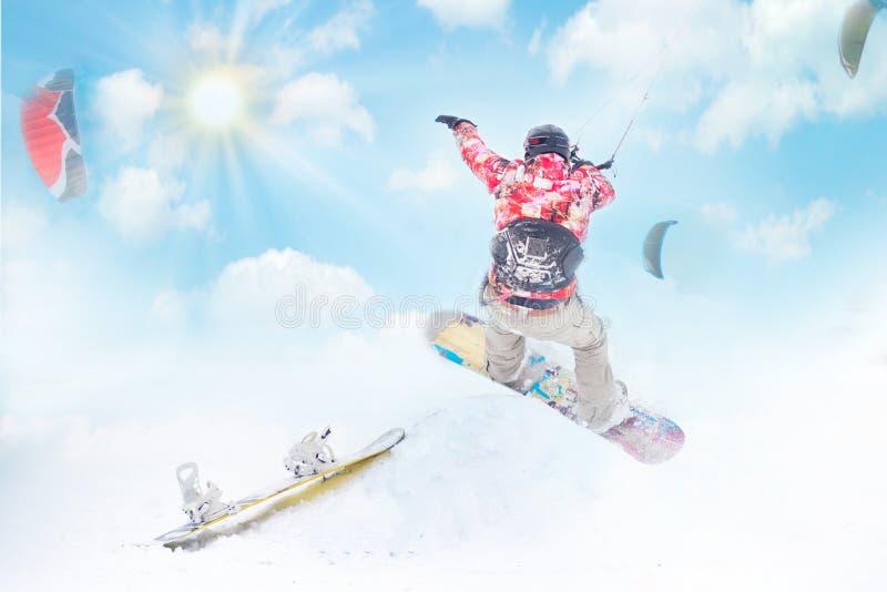 el kiting en una snowboard en un lago congelado en el día soleado foto de archivo libre de regalías