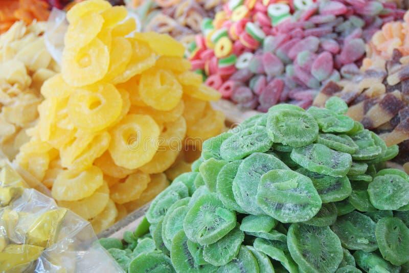 El kiwi secado, la piña y los caramelos dulces vendidos en un mercado árabe atascan imágenes de archivo libres de regalías