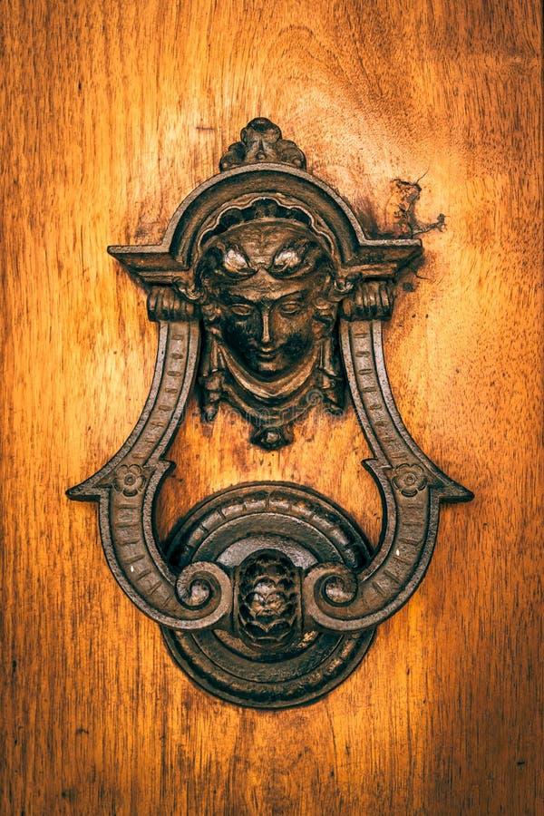 El knoker de la puerta en un viejo wodden la puerta fotos de archivo