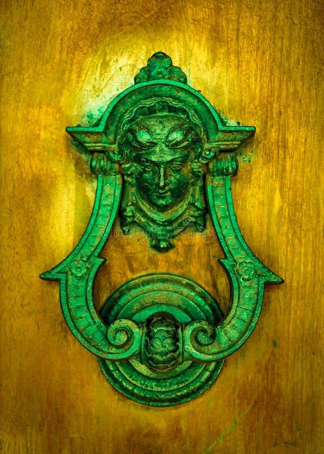 El knoker de la puerta en un viejo wodden la puerta fotografía de archivo