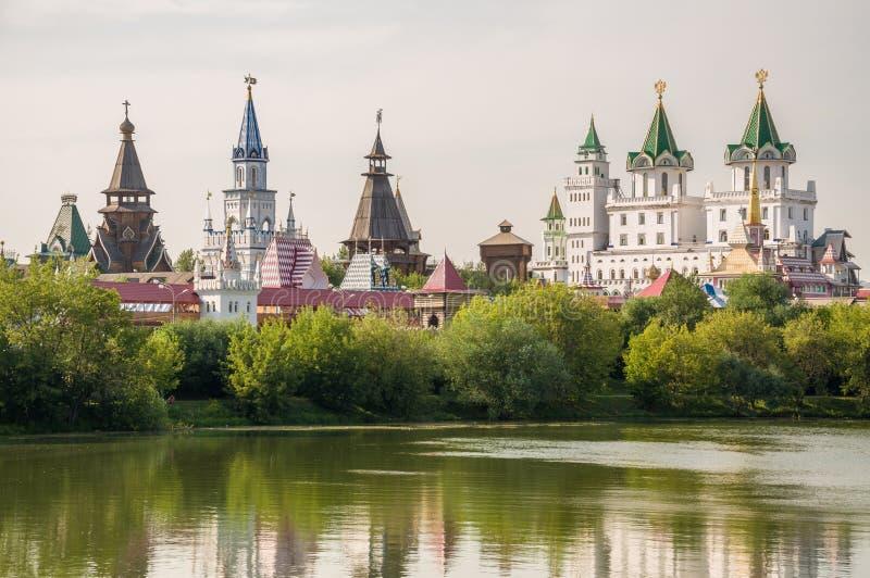 El Kremlin en Izmailovo con un lago y los árboles, Moscú, Rusia imagen de archivo libre de regalías