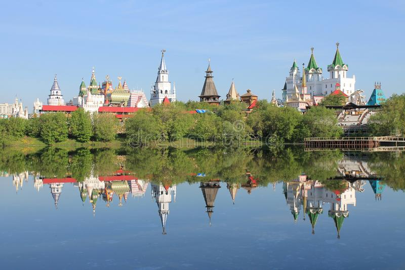 El Kremlin en Izmailovo por ma?ana temprana de la primavera de Mosc? Rusia con la reflexi?n en el agua azul de la charca imágenes de archivo libres de regalías