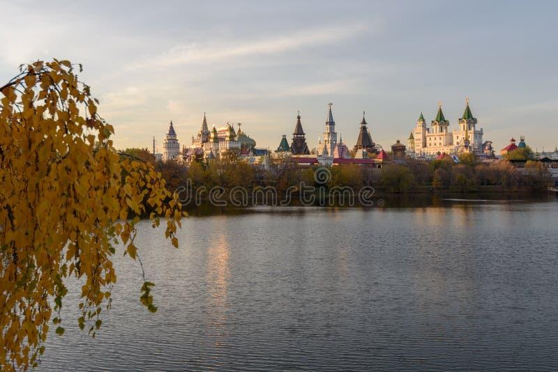 El Kremlin en Izmailovo se sitúa en un lugar histórico en el banco de la charca de Serebryano-Vinogradny Moscú, Rusia foto de archivo