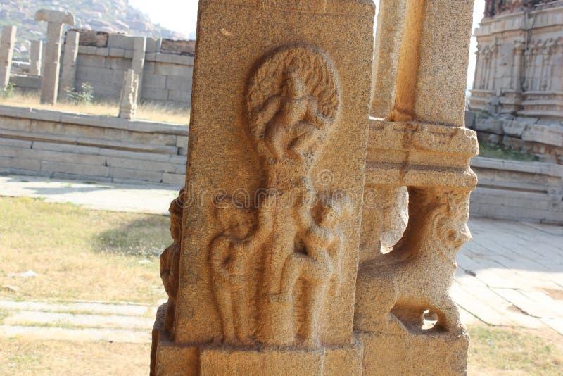 El krishna del señor del pilar del templo de Hampi Vittala que roba gopikas viste fotografía de archivo libre de regalías