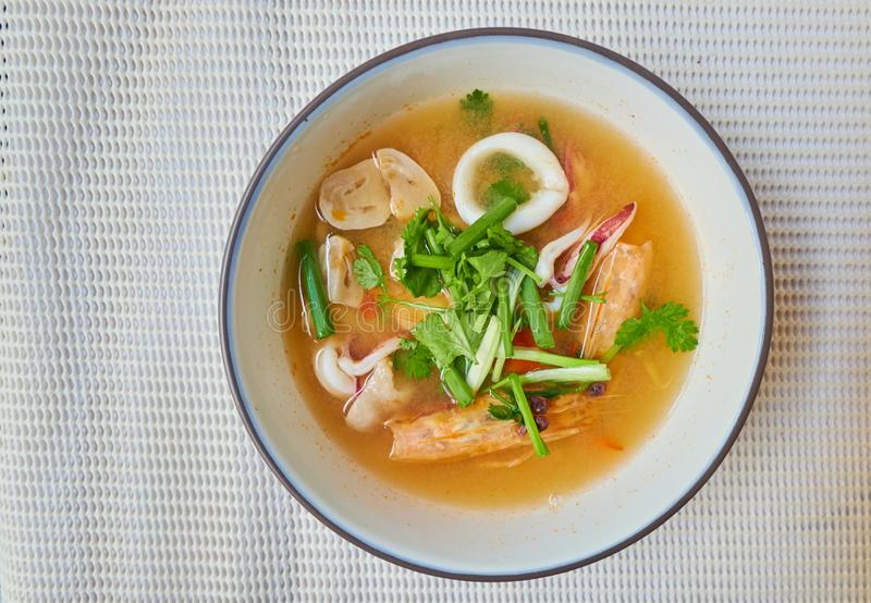 El kung de Tom Yum es sopa amarga caliente y picante con la hierba, comida local tailandesa fotos de archivo