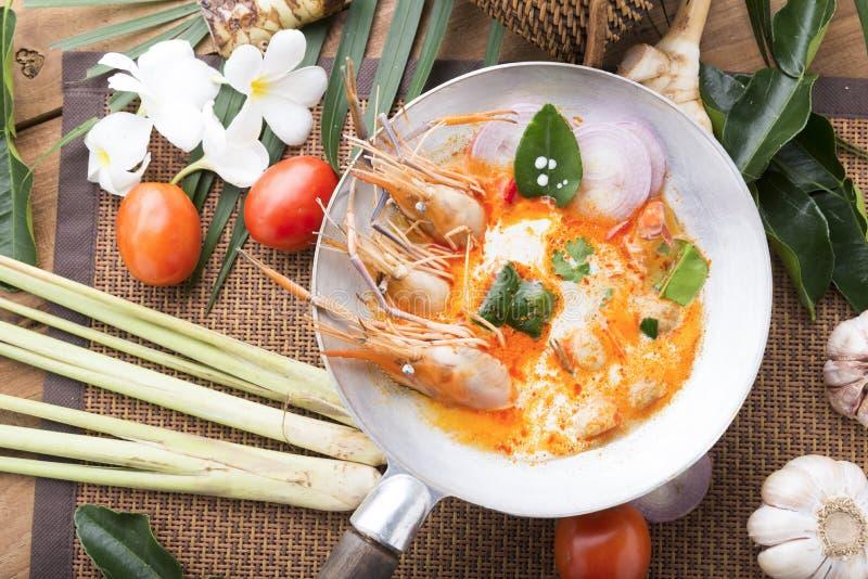 El kung de Tom yum o el kung del ñame de tom es un tipo de comida caliente y amarga del famouse en Lao y sopa tailandesa, cocinad fotos de archivo