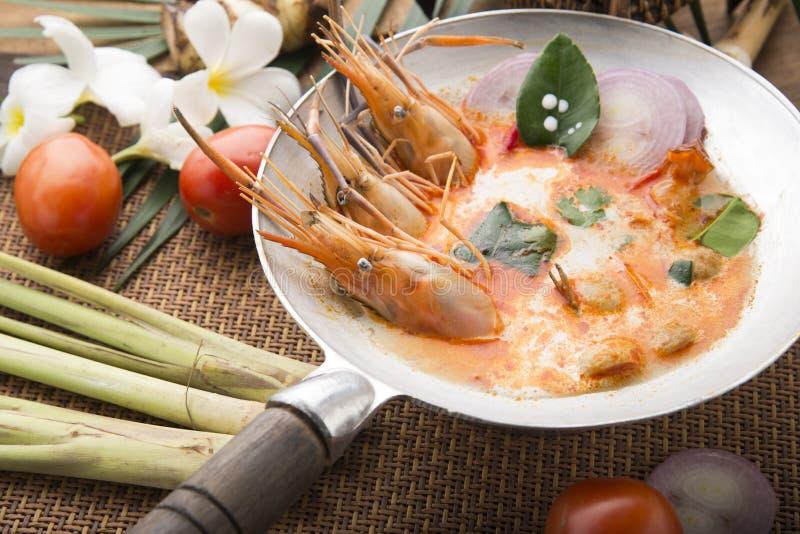 El kung de Tom yum o el kung del ñame de tom es un tipo de comida caliente y amarga del famouse en Lao y sopa tailandesa, cocinad imagen de archivo libre de regalías