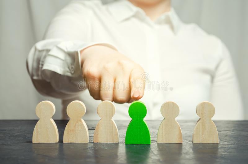 El líder de la mujer elige a la persona en el equipo Gestión de recursos humanos Trabajador talentoso Personal de alquiler Búsque imagenes de archivo