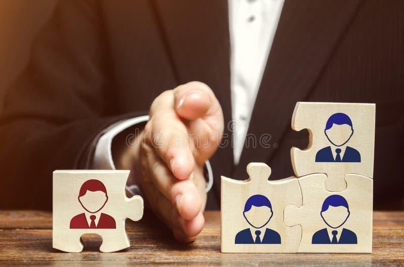 El líder separa el rompecabezas con la imagen del empleado El concepto de dirección de personales en la compañía Despido imágenes de archivo libres de regalías