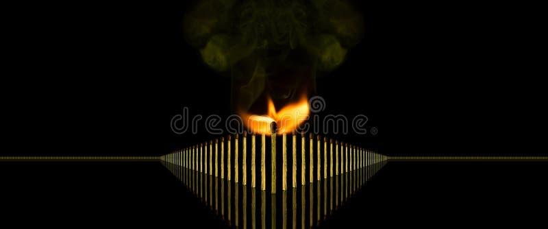 El líder y su foto conceptual del equipo con el partido ardiendo pegan, piensan diferente foto de archivo libre de regalías