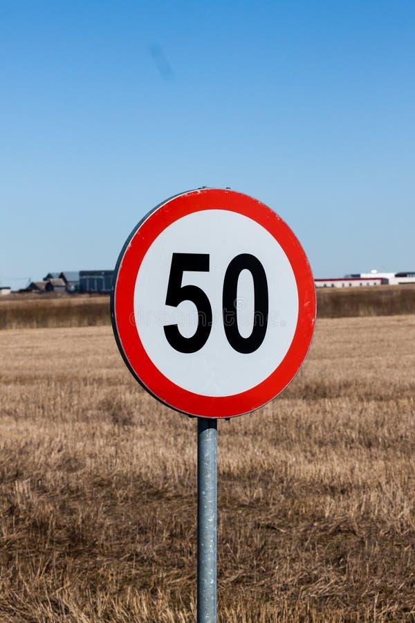 El límite de velocidad firma adentro el ajuste rural imagenes de archivo