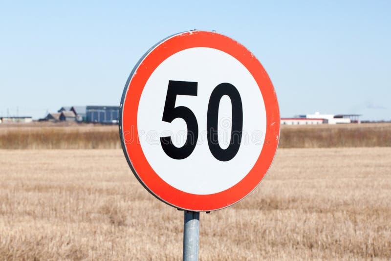 El límite de velocidad firma adentro el ajuste rural foto de archivo