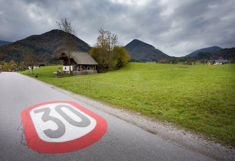 El límite de velocidad firma adentro el pueblo fotos de archivo libres de regalías
