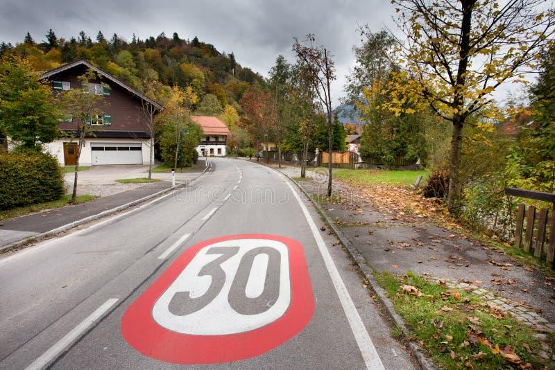 El límite de velocidad firma adentro el pueblo fotografía de archivo libre de regalías