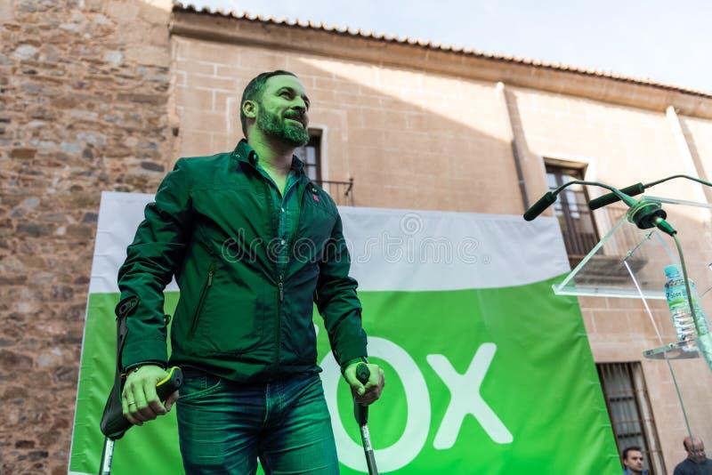 El l?der del partido de extrema derecha de la voz, Santiago Abascal, llega la reuni?n celebrada en la plaza de San Jorge en Cacer imágenes de archivo libres de regalías
