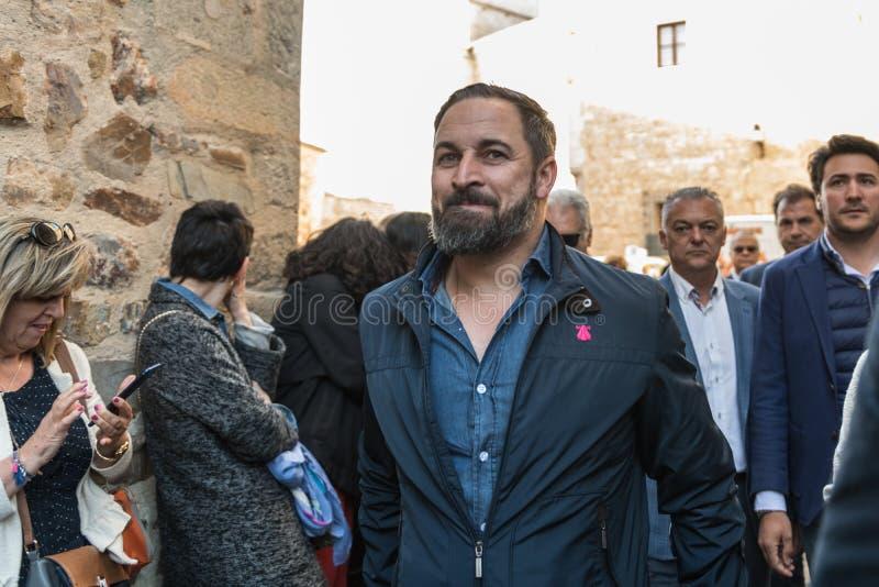 El l?der del partido de extrema derecha de la voz, Santiago Abascal, llega la reuni?n celebrada en la plaza de San Jorge en Cacer fotos de archivo libres de regalías