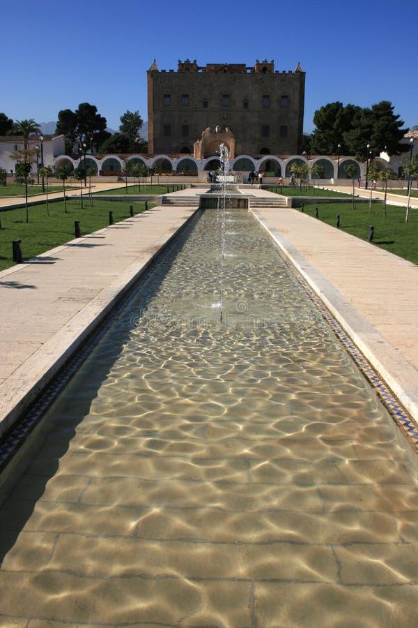 El la Zisa del palacio y jardín: Vegetación mediterránea y fuentes plashing fotografía de archivo