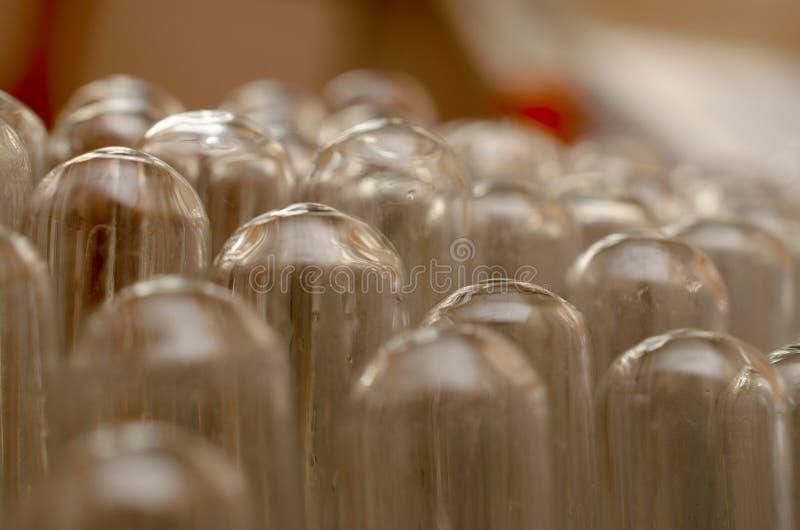 El laboratorio bioquímico de los tubos imagen de archivo