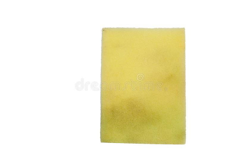 El lado amarillo de utilizado friega la esponja aislada en el fondo blanco, t fotos de archivo libres de regalías
