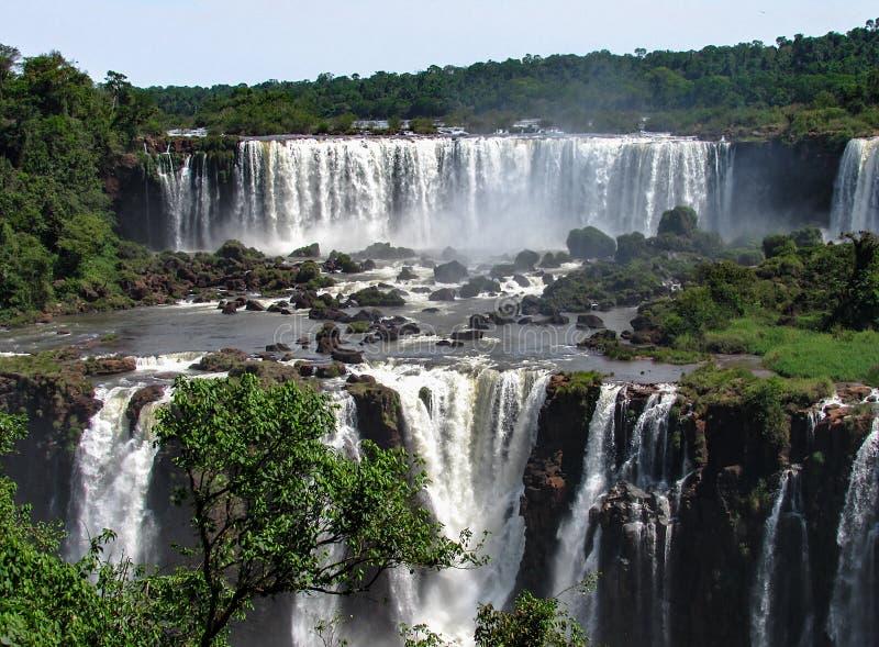 El lado brasileño de las cataratas del Iguazú, en Foz hace Iguacu, el Brasil imagen de archivo