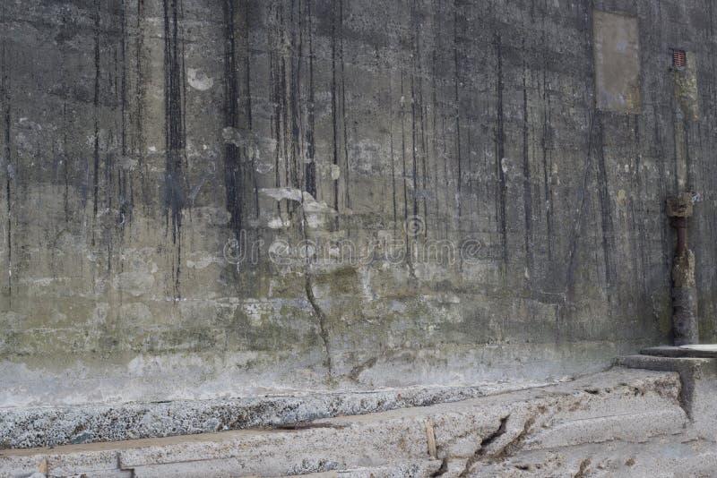 El lado de un edificio concreto viejo dañó por el océano foto de archivo