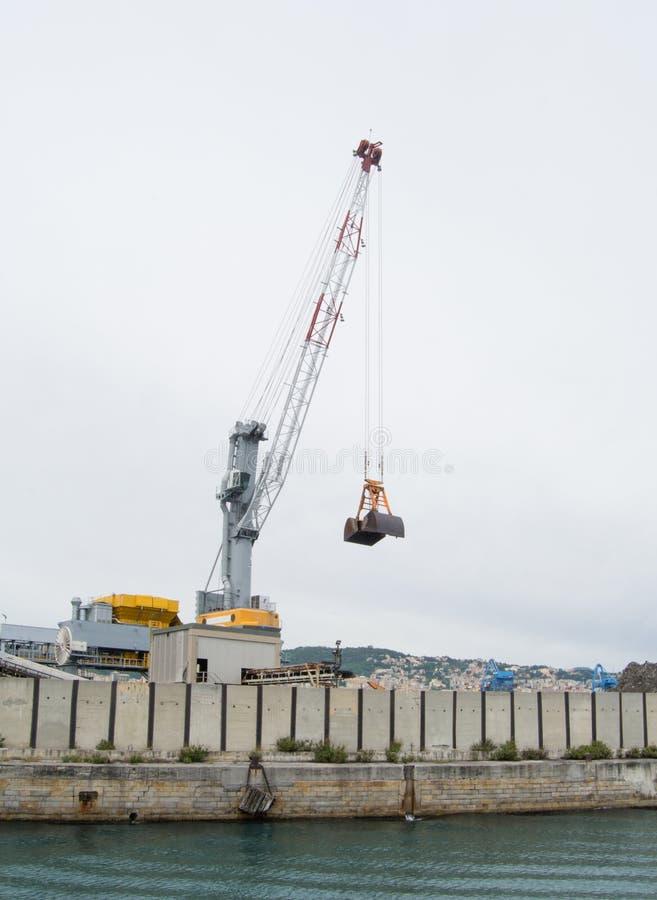 El lado industrial del puerto en Génova, Italia fotografía de archivo libre de regalías
