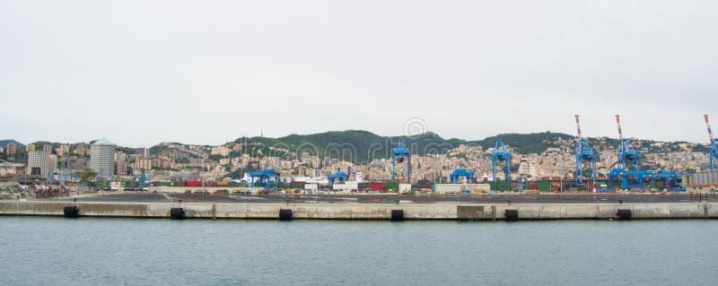 El lado industrial del puerto en Génova, Italia fotos de archivo