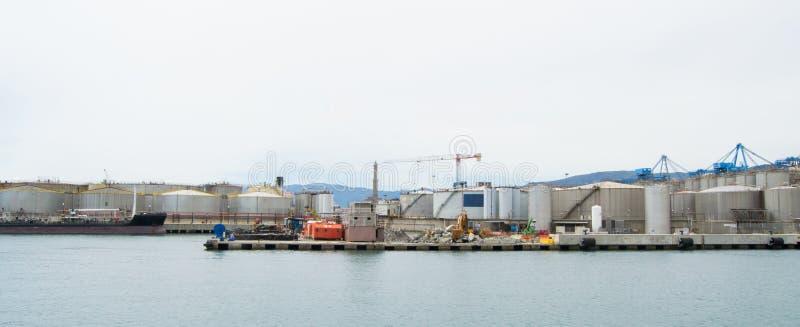 El lado industrial del puerto en Génova, Italia imagen de archivo