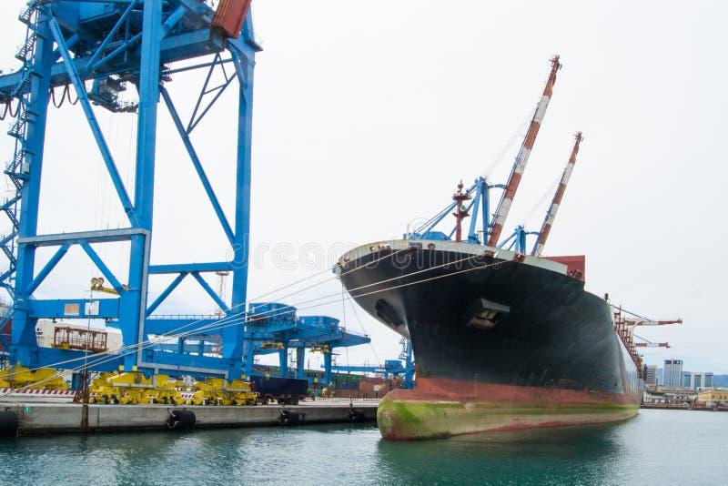 El lado industrial del puerto en Génova, Italia foto de archivo libre de regalías