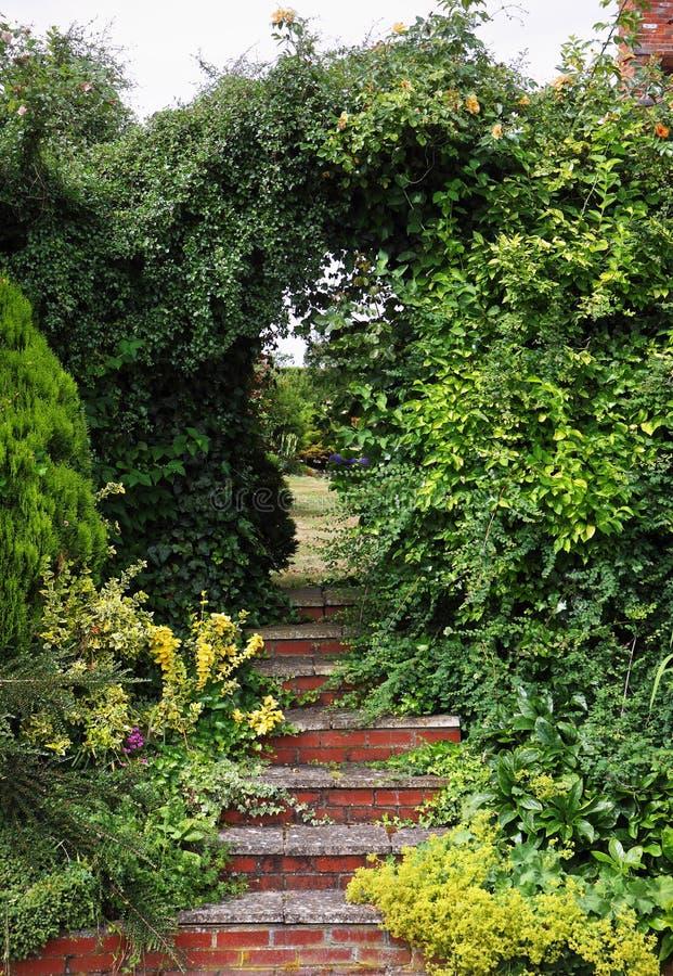 Pasos en un jardín inglés imagen de archivo