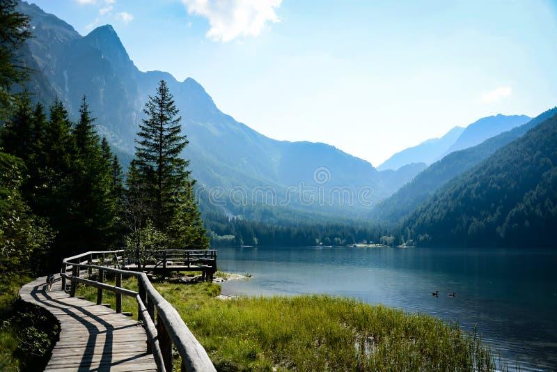 El lago Antholzer ve en las dolomías italianas fotografía de archivo libre de regalías