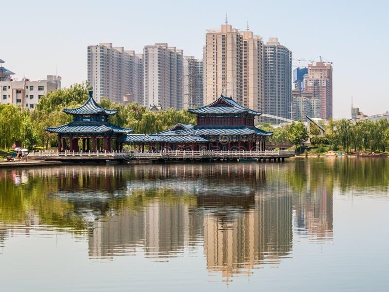 El lago artificial del parque de Yantan en Lanzhou y x28; China& x29; foto de archivo