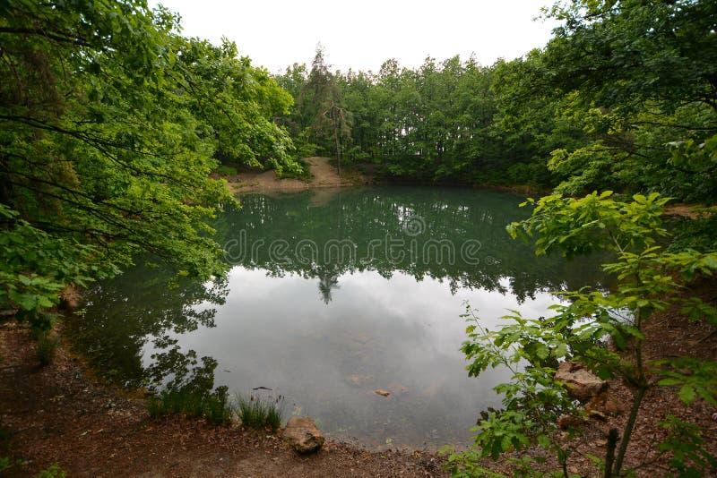 El lago azul de Baia Sprie foto de archivo