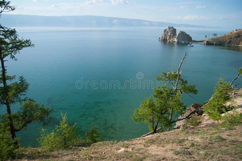 El lago Baikal cerca de la roca de Shamanka imagen de archivo
