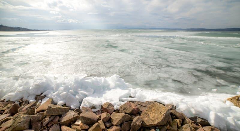 El lago Balatón congelado, invierno, Hungría imagen de archivo libre de regalías