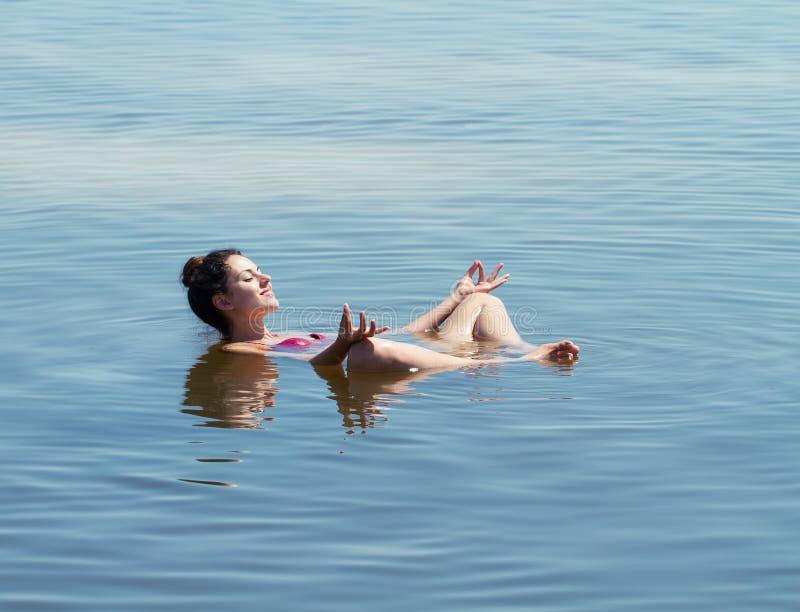 El lago con el agua salada Baskunchak Sunbathin hermoso de la mujer imagen de archivo libre de regalías