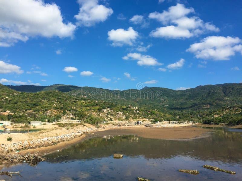 El lago con la montaña de Nui Chua en Phan sonó, Vietnam fotos de archivo libres de regalías