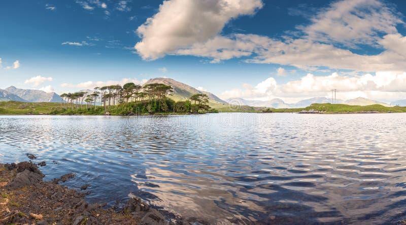 El lago de Derryclare, doce pinos ajardina, día caliente soleado, cielo nublado, condado Galway Irlanda Destino tur?stico popular imagen de archivo libre de regalías