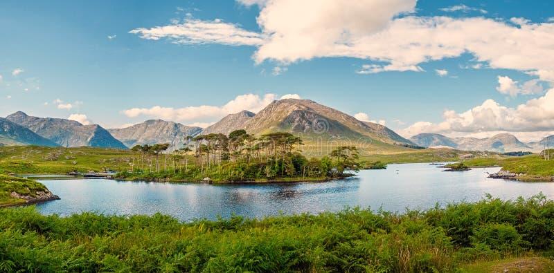 El lago de Derryclare, doce pinos ajardina, imagen del panorama, día caliente soleado, cielo nublado, condado Galway Irlanda fotografía de archivo libre de regalías