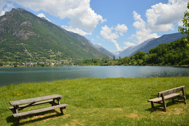 EL Lago de Eriste desde fondovisto Al Valle-Des Benasque lizenzfreie stockfotografie