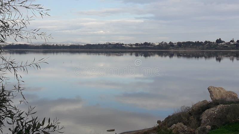 El lago de sal del espejo Larnaca Chipre se nubla hermosa vista imagen de archivo